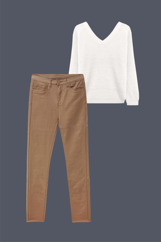 pantalón relax fit efecto piel con jersey blanco look comodo