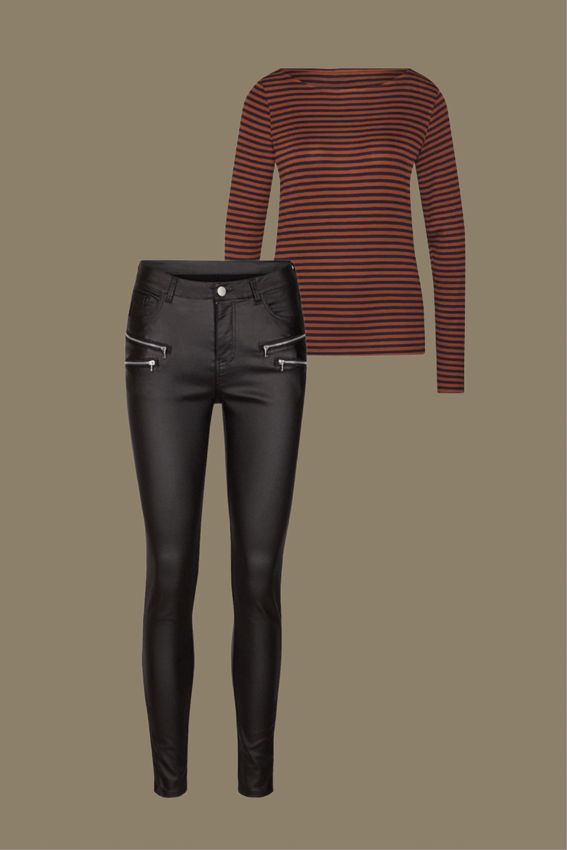 pantalón efecto piel negro con camiseta rayas look casual