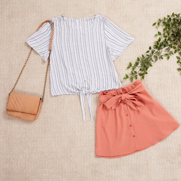 outfit avec un t-shirt à rayures