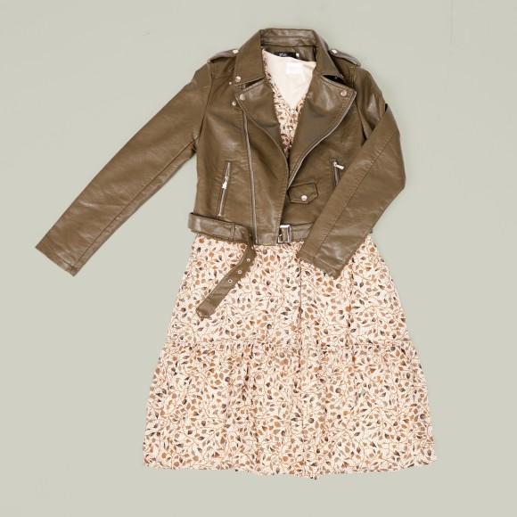 Look con bker marrón y vestido estampado en tonos creamy