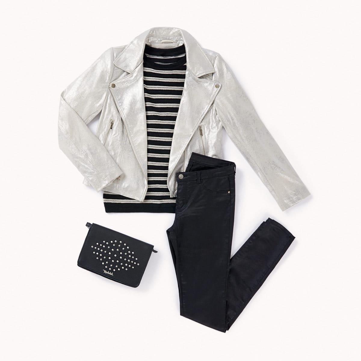 falda cuero negra y camiseta marinera
