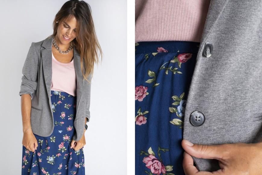 Look falda estampada de flores con blazer para entrevista