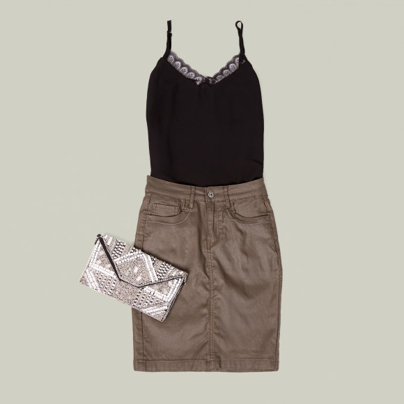 Look con falda encerada en color terrarium y top lencero