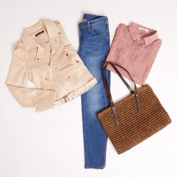 jeans bianchi e a una borsa a tracolla in pelle in color cammello