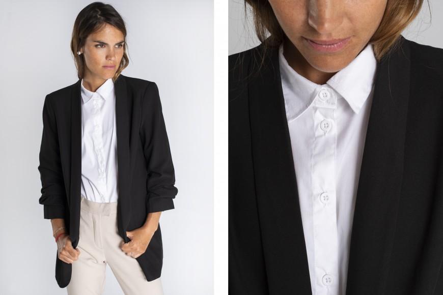 Look pantalón de vestir beige con camisa blanca y blazer negra