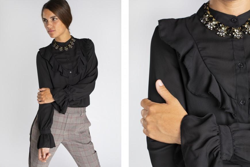 Look de camisa negra con volantes y pantalón de cuadros para entrevista