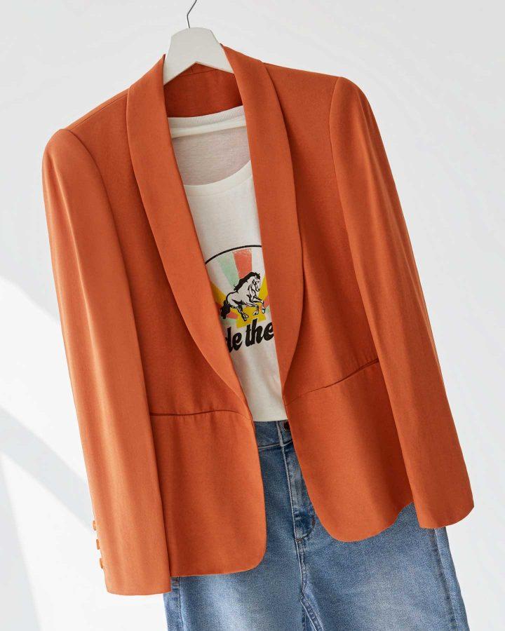 look primavera con blazer naranja