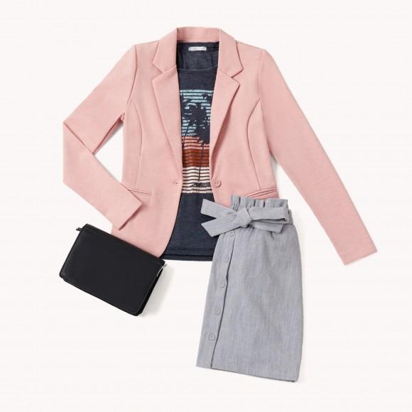 blazer rosa y camiseta serigrafiada