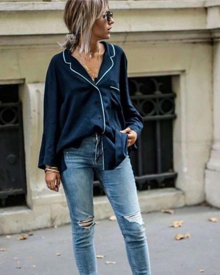 look blusa satinada y jeans primavera