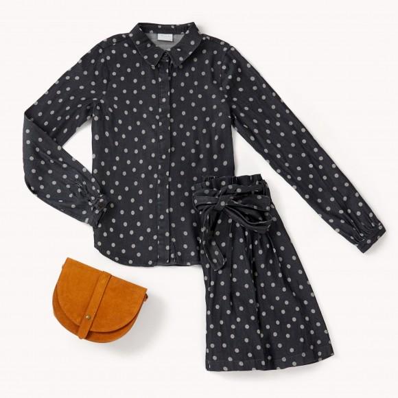 camisa y una falda con estampado polka dot