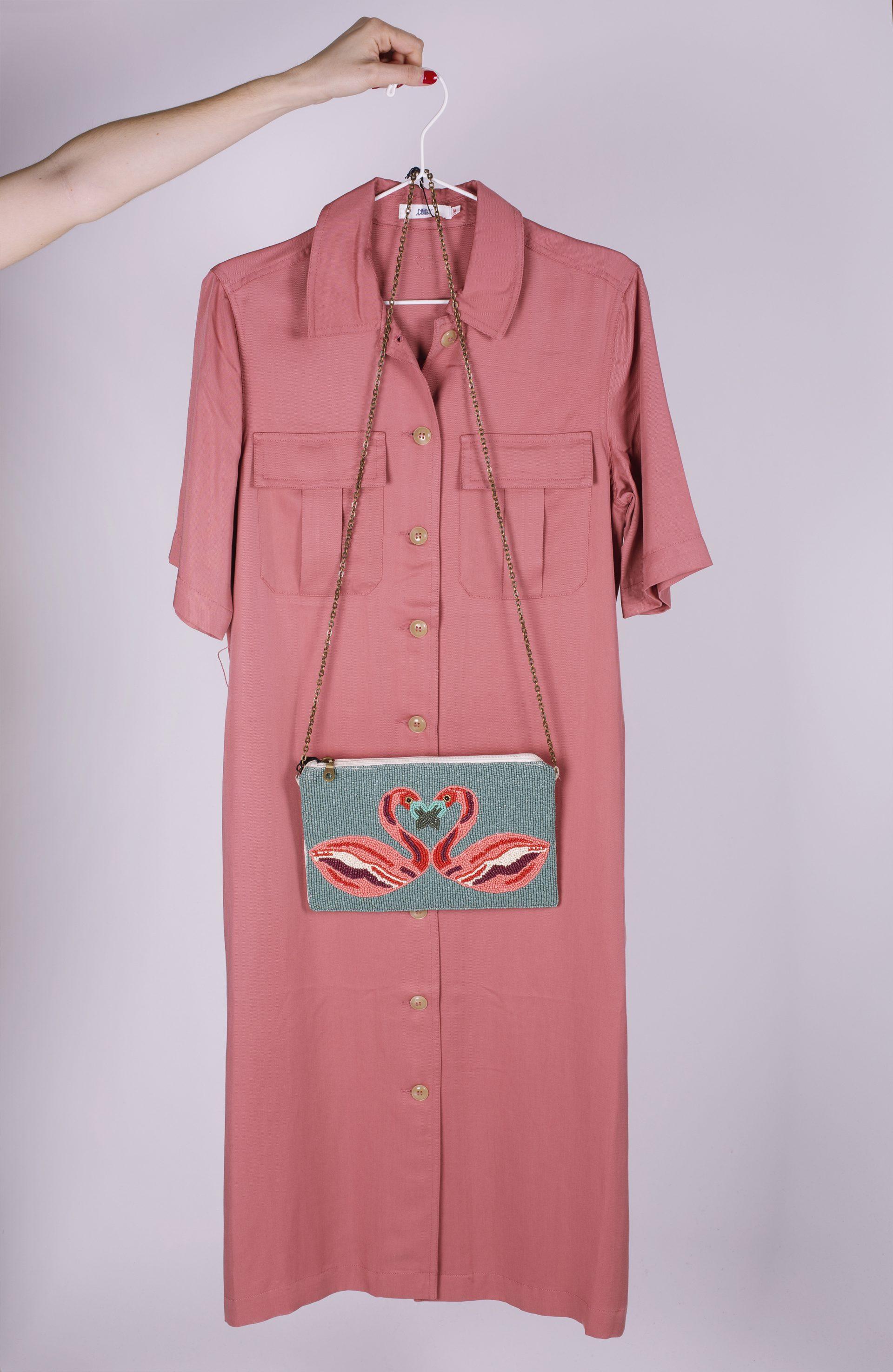 Vestido color BLOOMING DAHLIA combinado con bolso verde de flamencos
