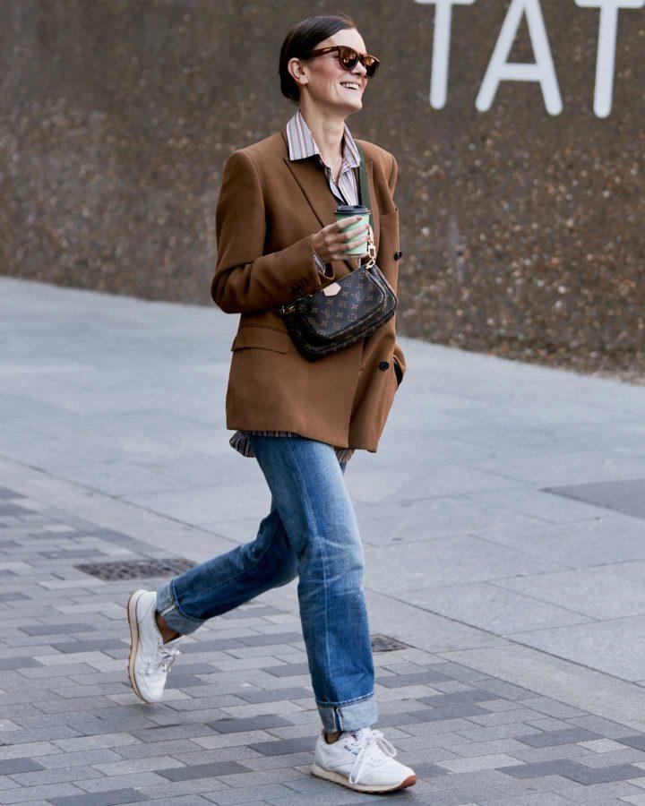 Look con zapatillas blancas y jeans
