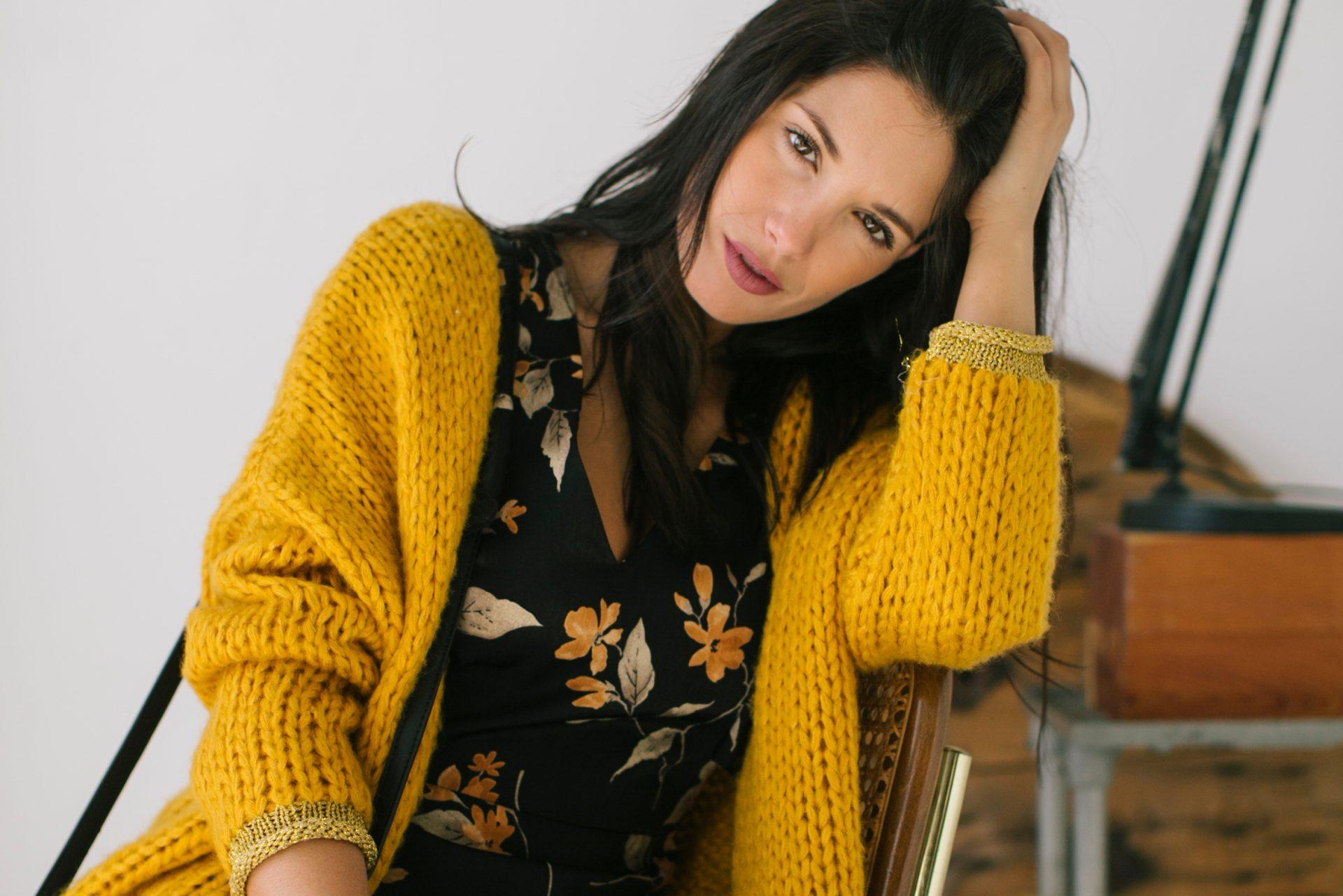 Otoño invierno: jersey color mostaza con blusa floral negra