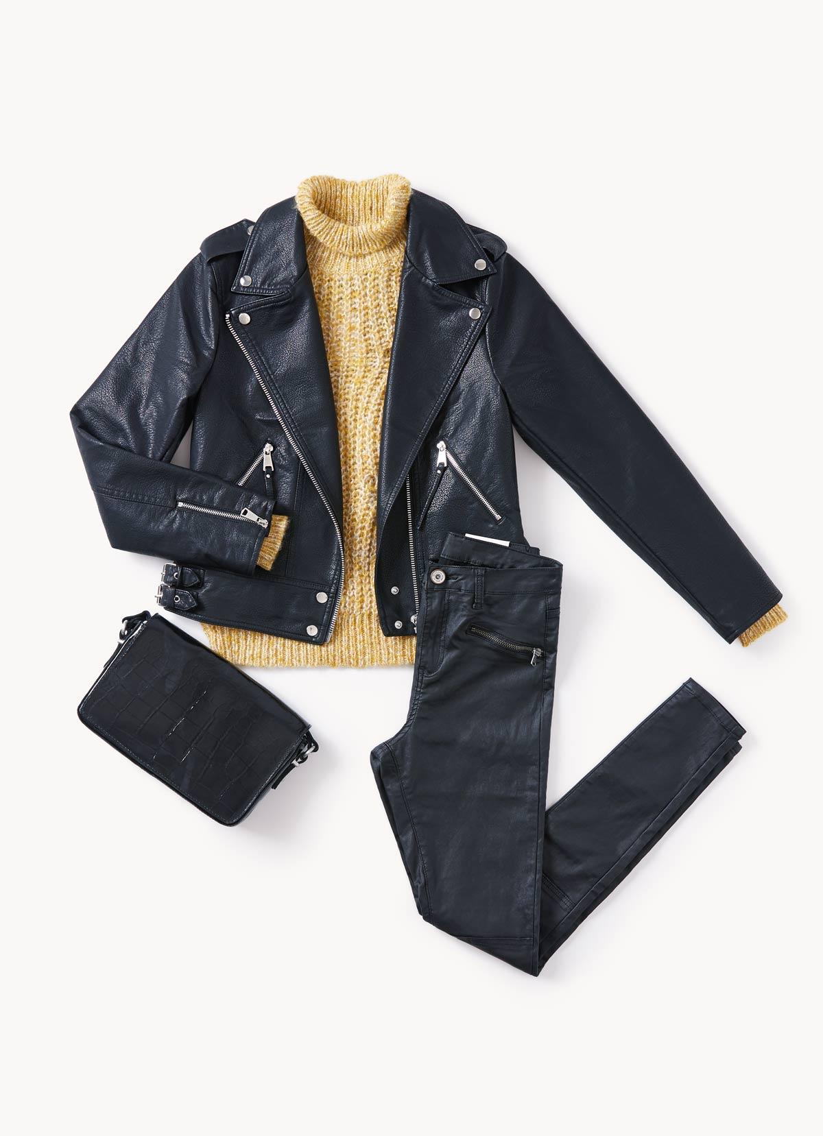 pantalones encerados y tu biker negra con un sweater en color mostaza outfit diciembre