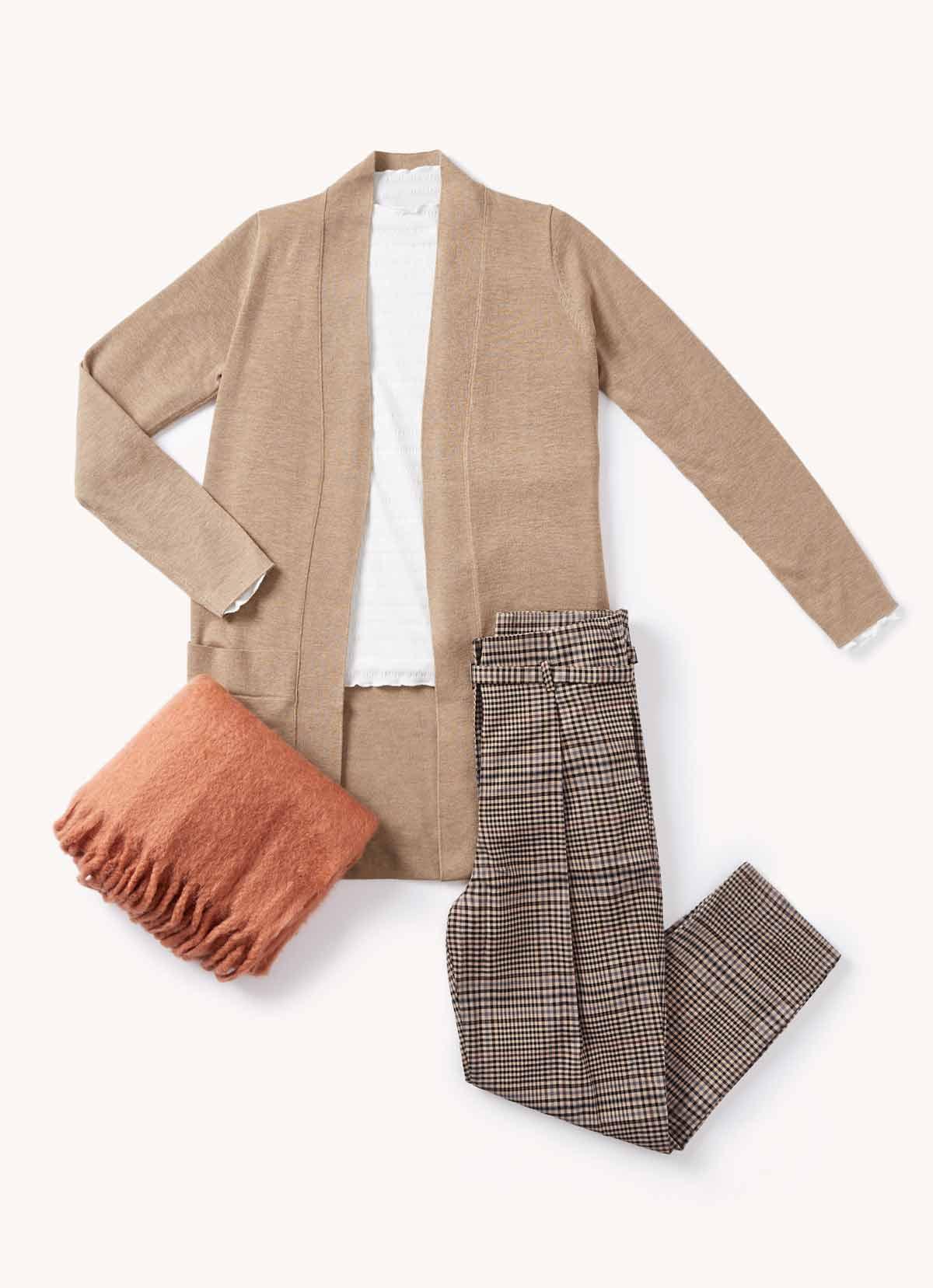 pantalones pinza y cardigan largo outfit diciembre