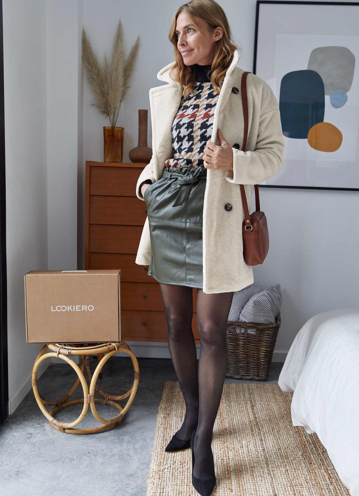 jupe en cuir kaki avec un pull à motif pied de poule decembre outfit