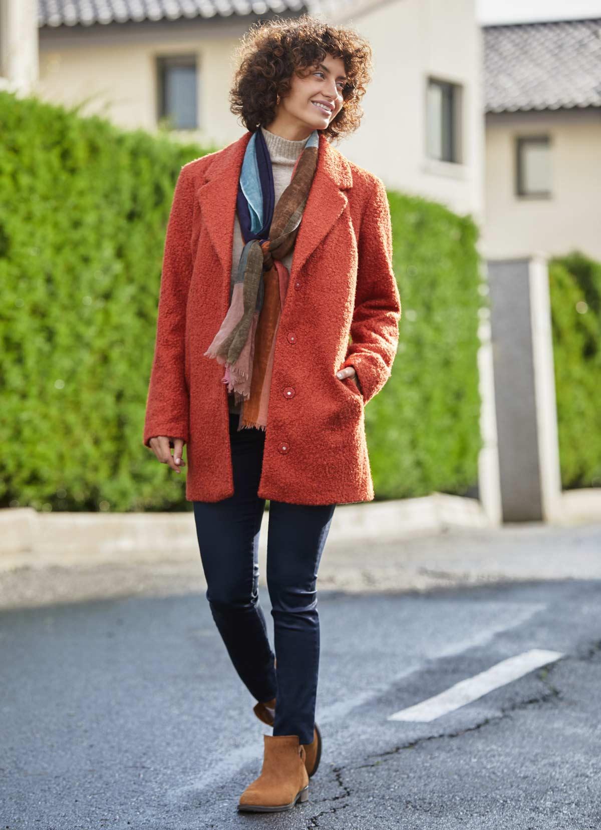 outfit abrigo peluche naranja