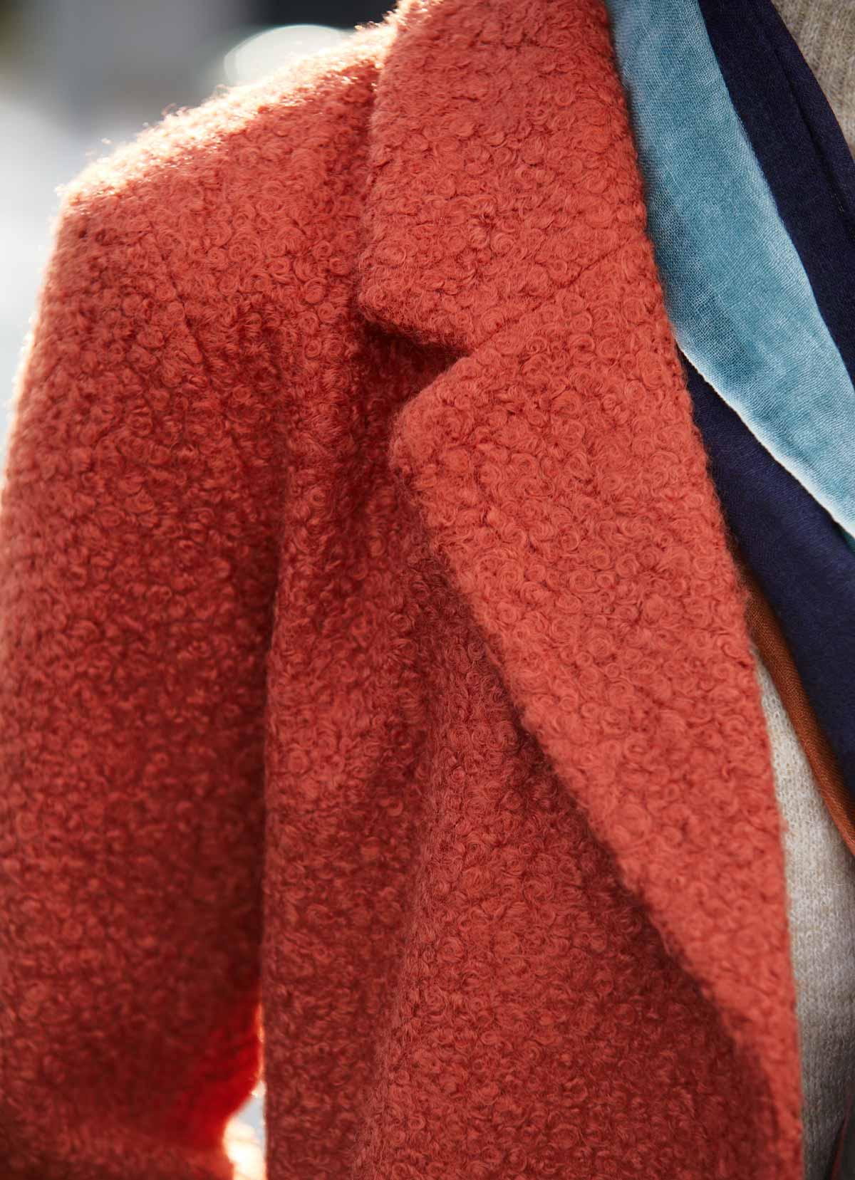 manteau effet peluche dans les tons orangés