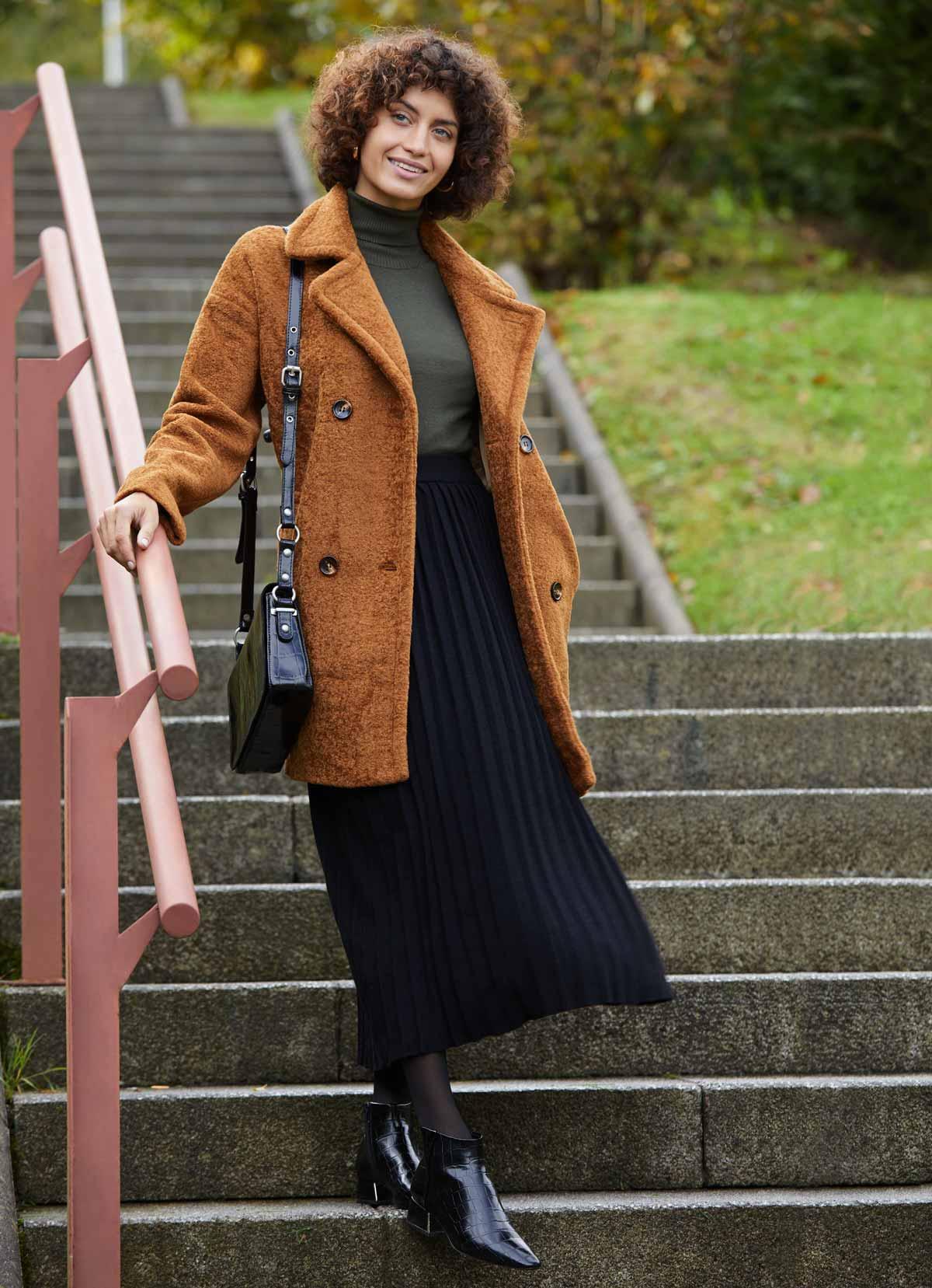 outfit abrigo peluche marrón