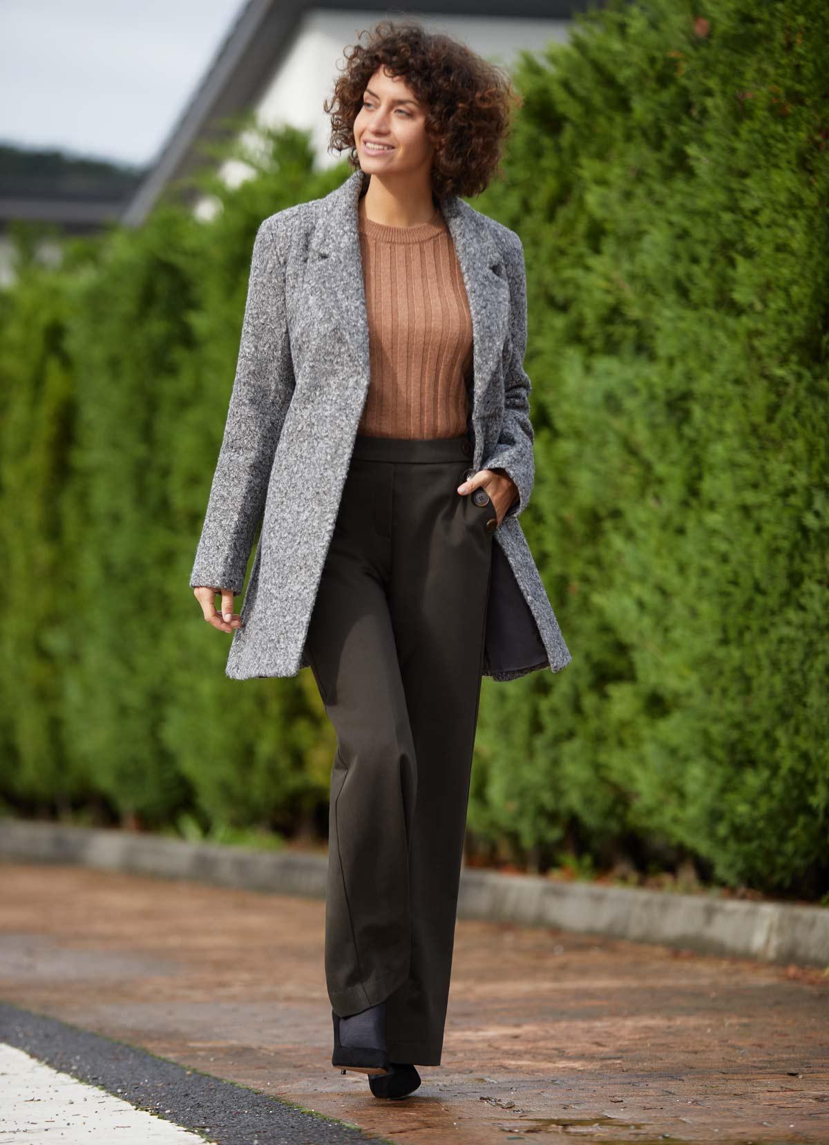 outfit abrigo peluche gris