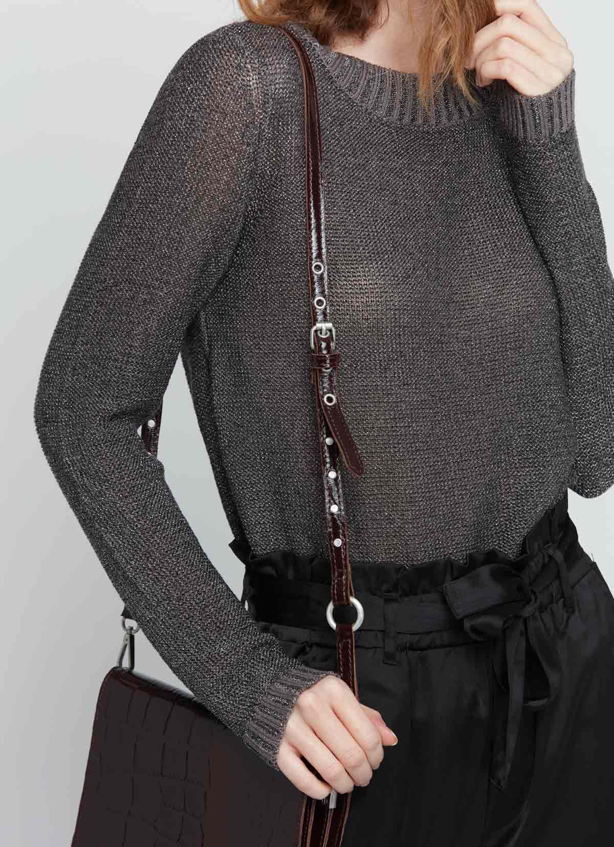 un pull gris légèrement shiny