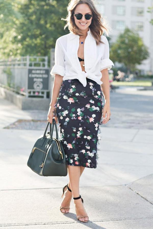 camisa anudada blanca y falda midi