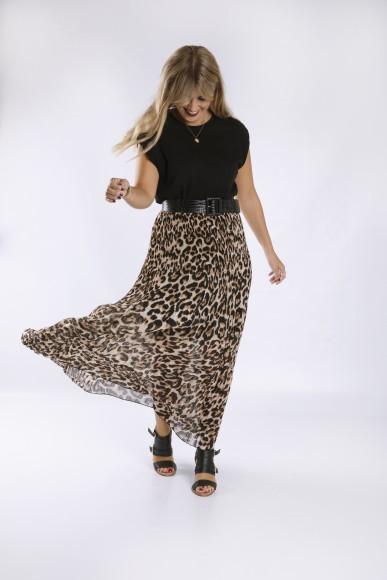 look con falda midi estampado leopardo