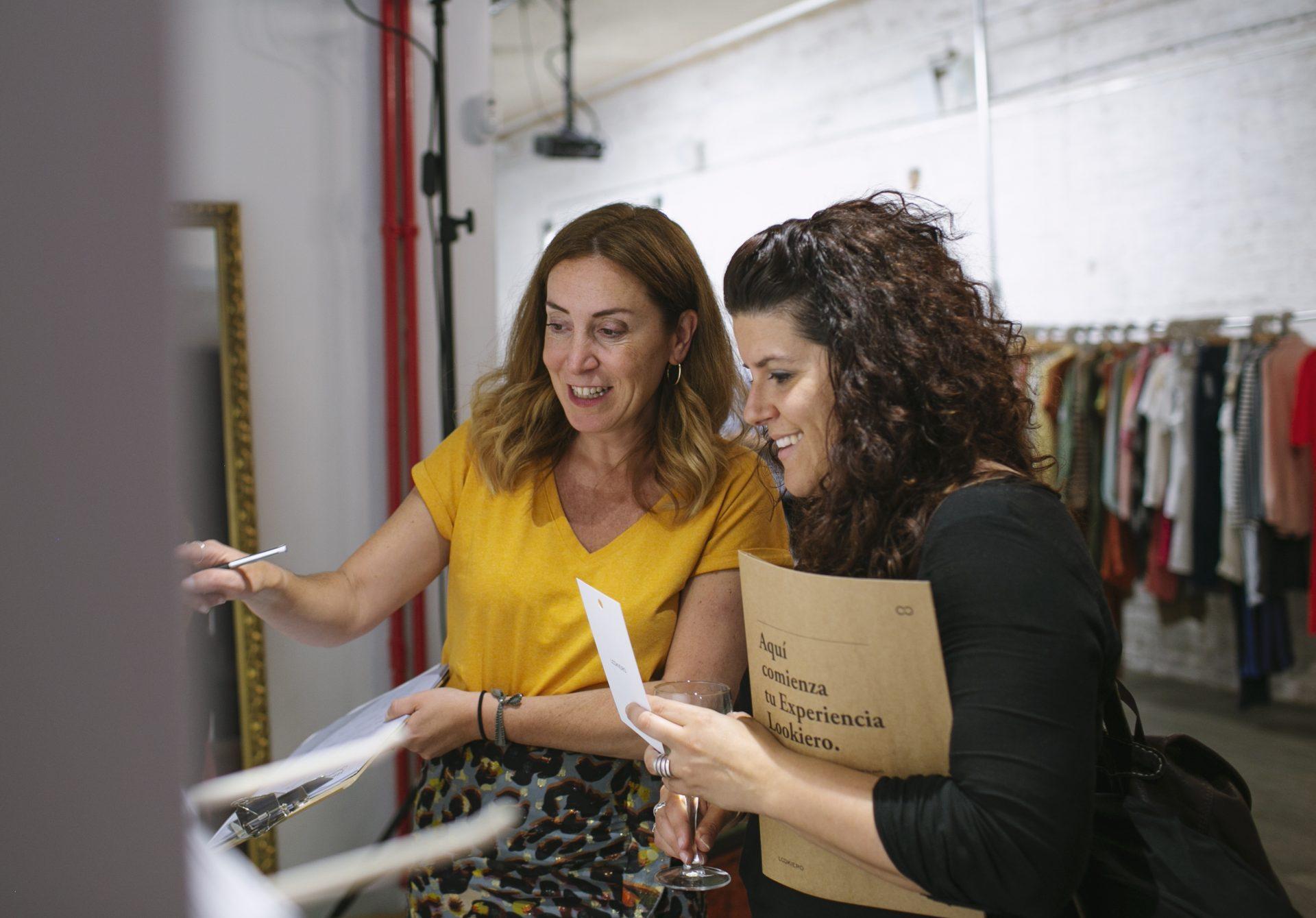 Clienta Lookiero con su personal shopper en el evento de #LookieroExperience Madrid