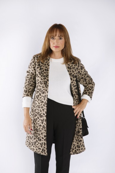look con abrigo de estampado de leopardo