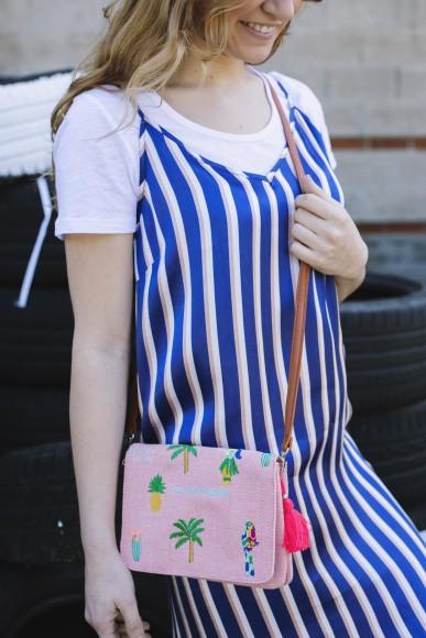 look street con camiseta báscia blanca y vestido de rayas