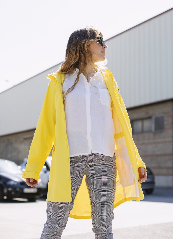 Camisa blanca con un pantalon fluído y gabardina amarilla