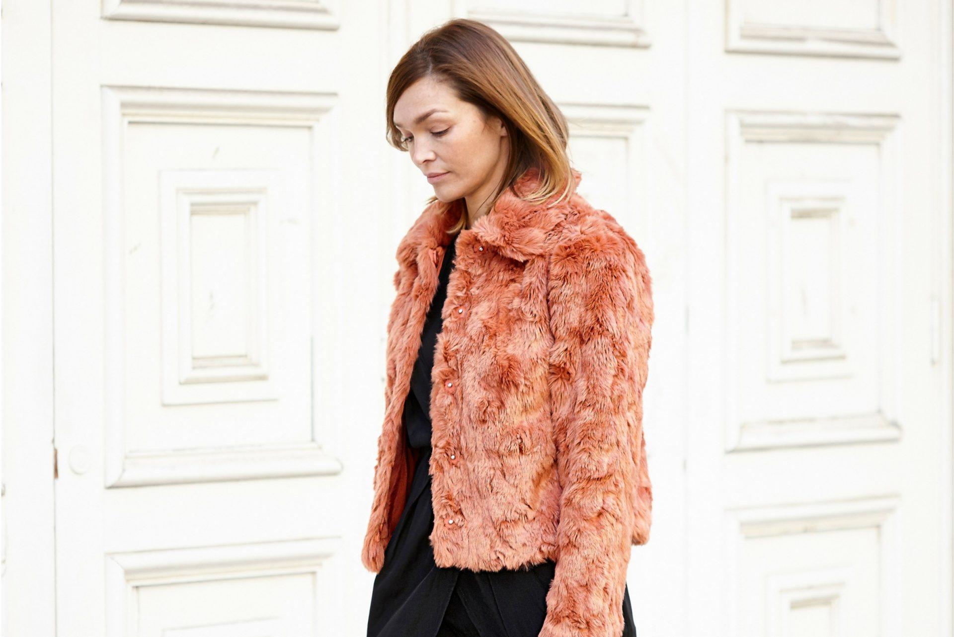abrigo de pelo color coral