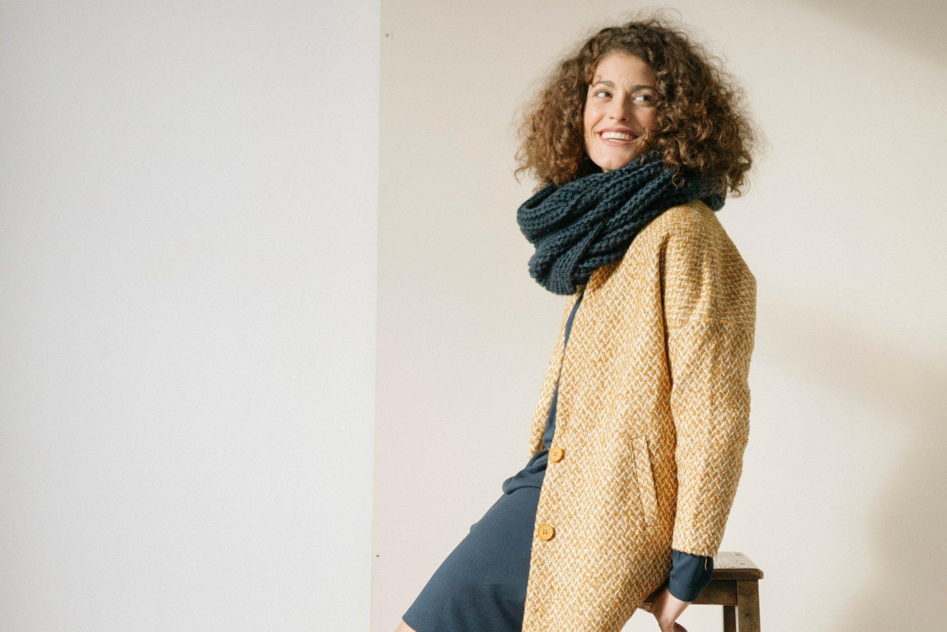 Look invernal: Abrigo mostaza y blanco con botones