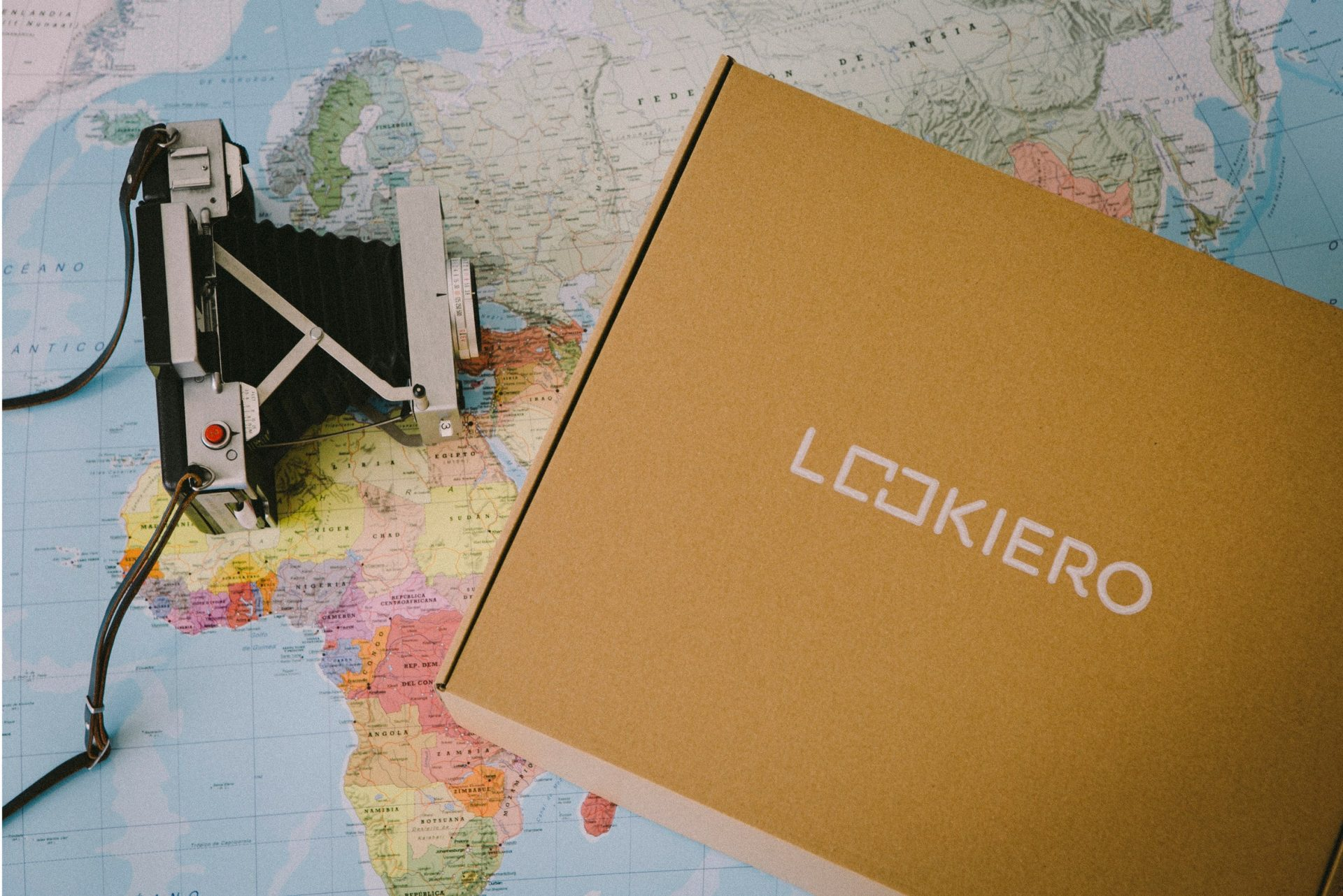 Caja Lookiero con mapa del mundo y cámara de fotos