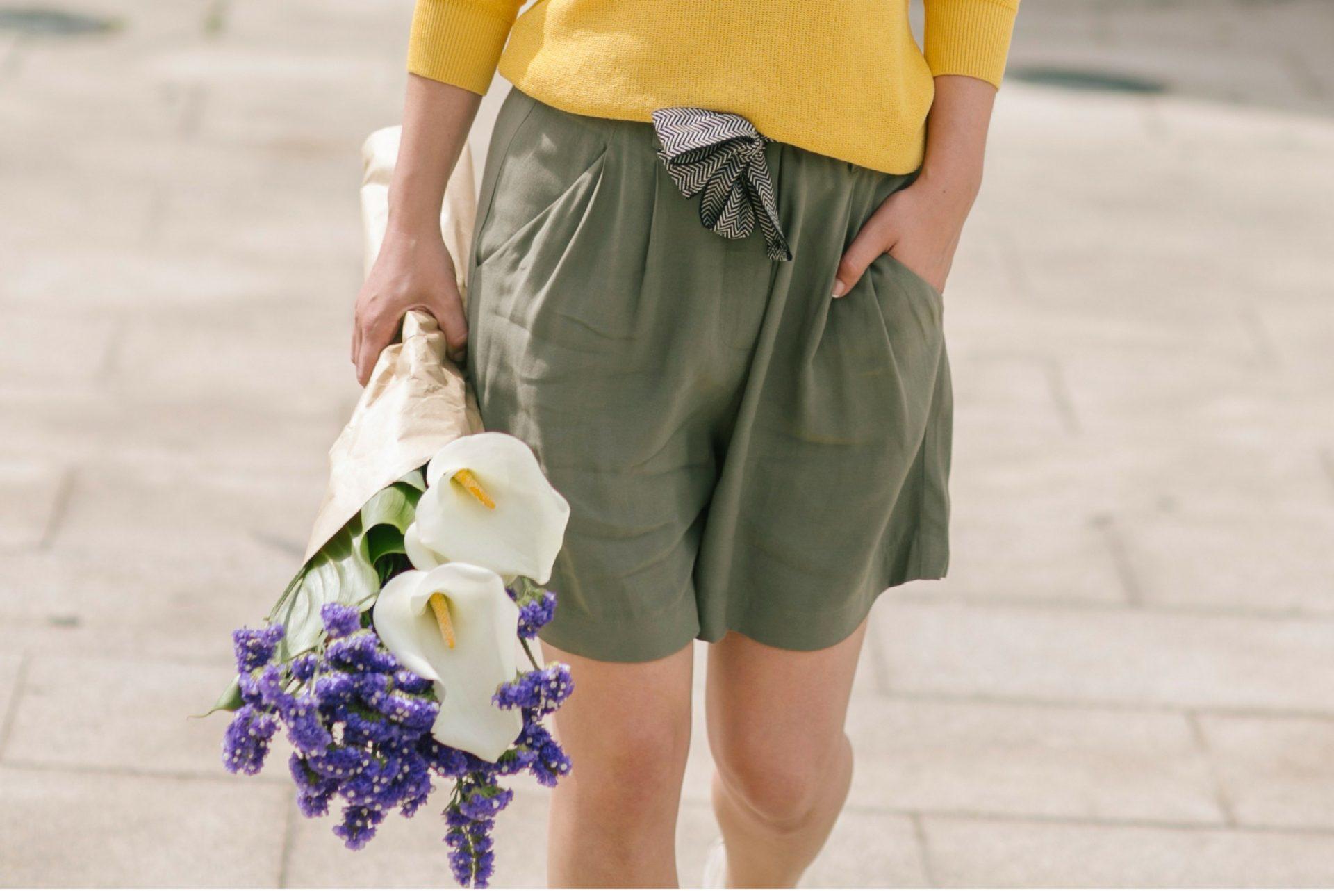 Pantalón corto khaki con jersey amarillo