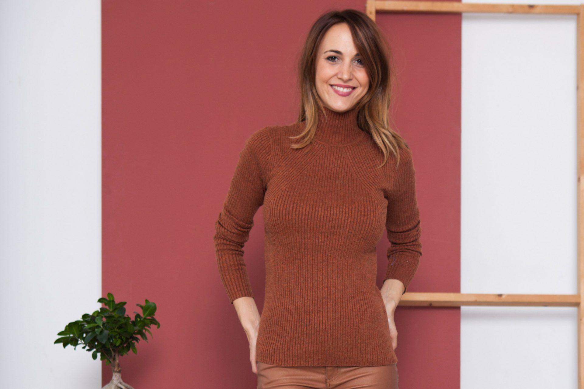 Mujer con jersey de color maple