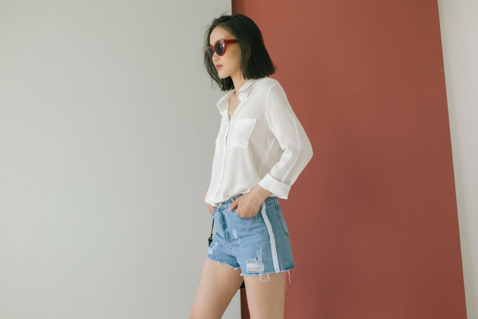 Camisa blanca con shorts y completado con gafas rojas