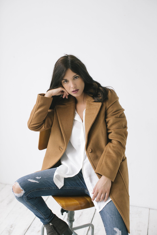 Modelo con maxi abrigo