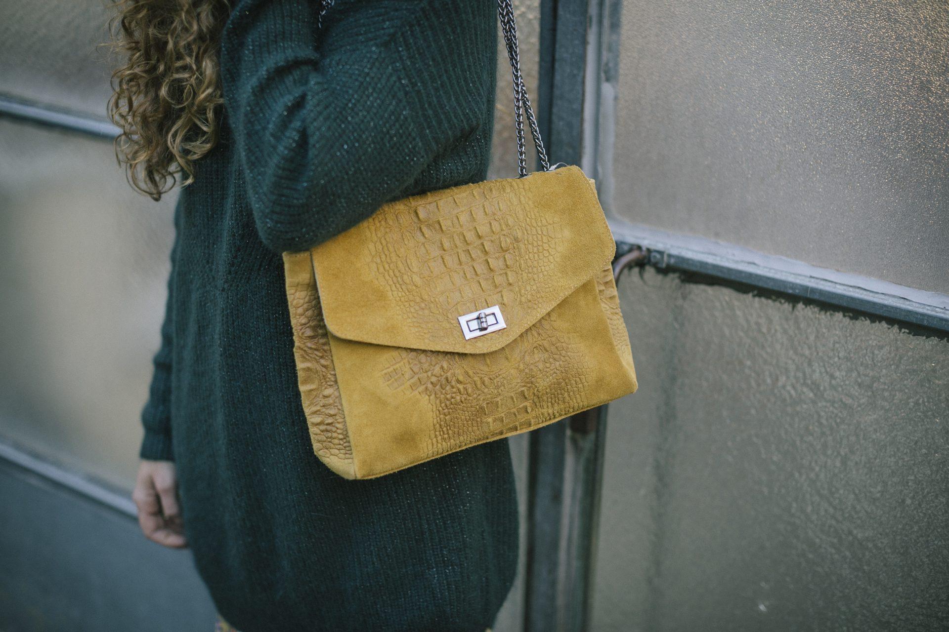 Cómo llevar un bolso color mostaza