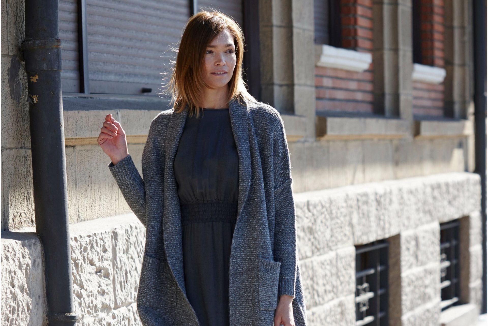 mujer con vestido largo y mucho estilo