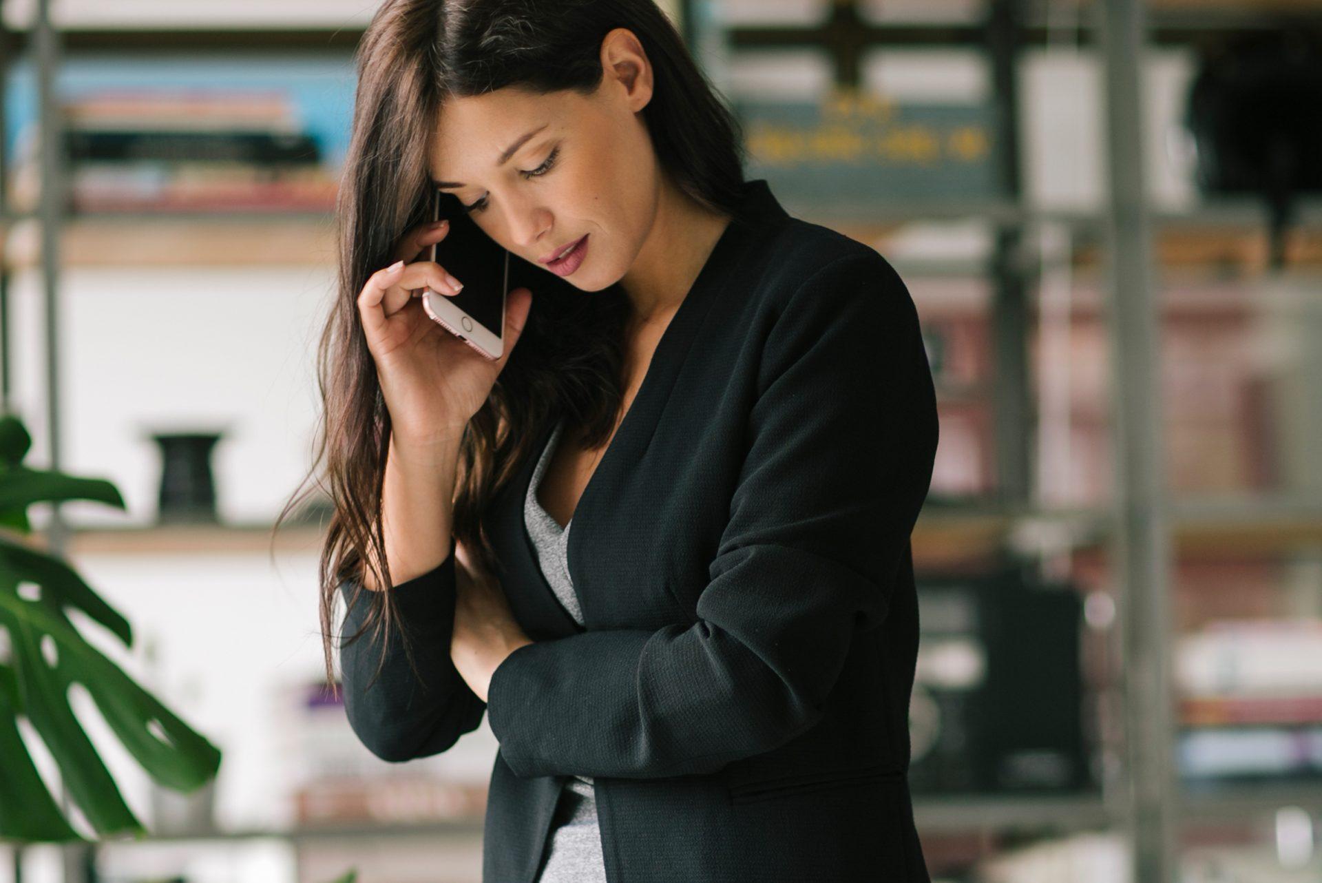 Look elegante y cómodo de oficina con un blazer negro