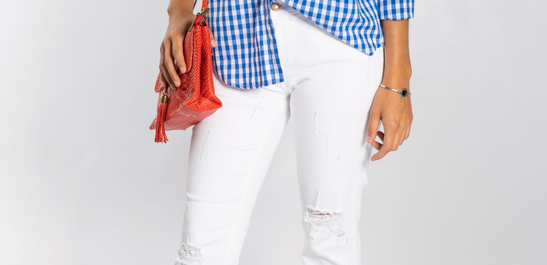Jeans blancos con camisa vichy azúl y bolso rojo