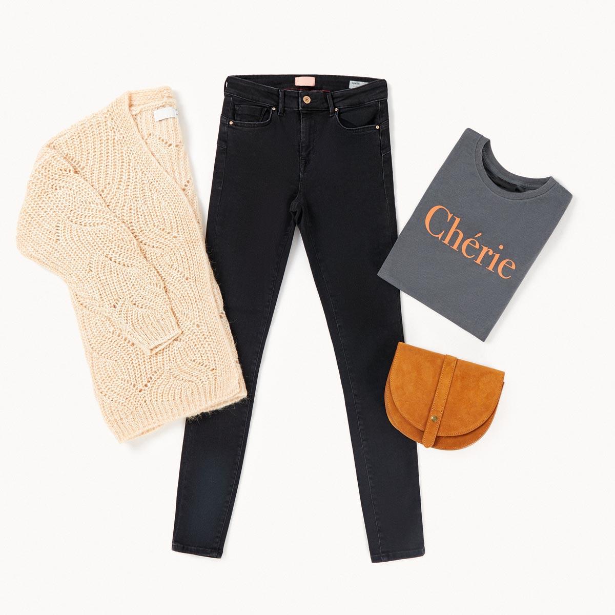 jeans negros y cárdigan look romántico