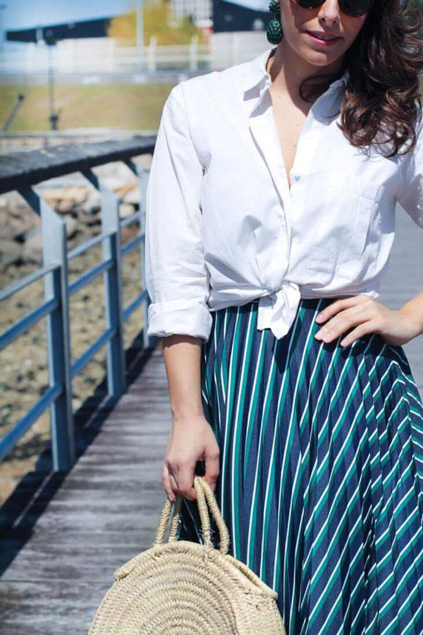 Chemise blanche nouée et jupe midi