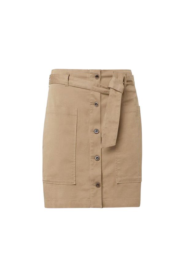 falda con cinturón estilo preppy