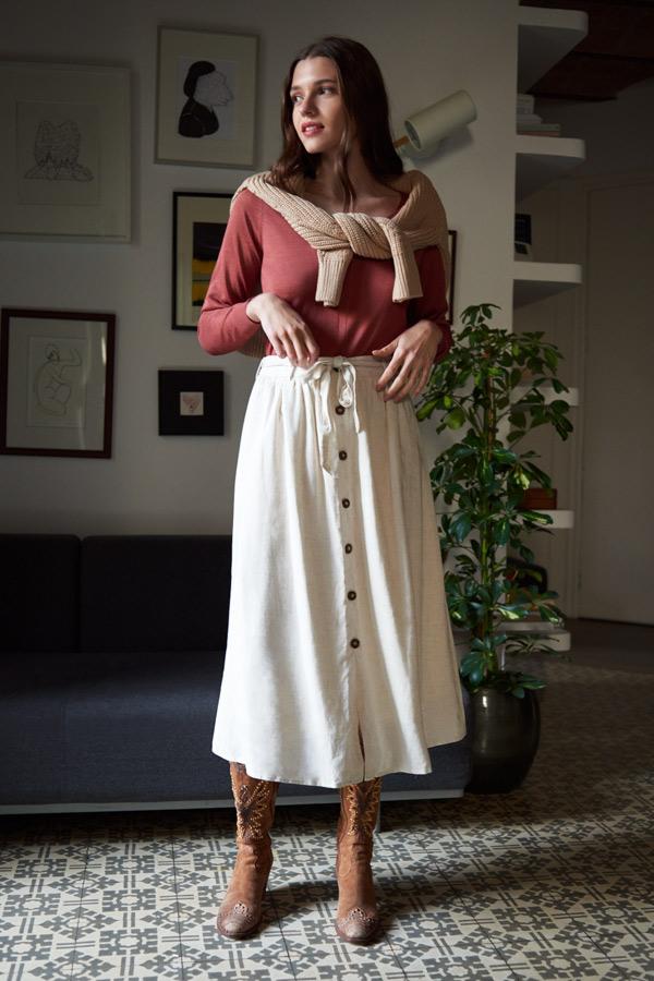 Look bohemio con falda de lino y botas