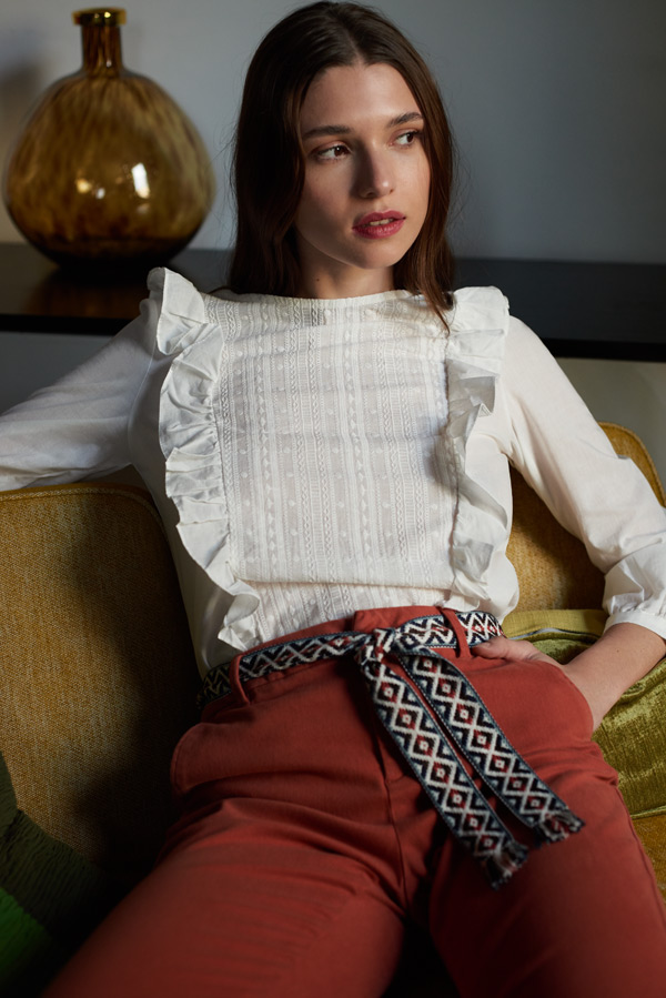 Look boho romántico con blusa blanca de volantes