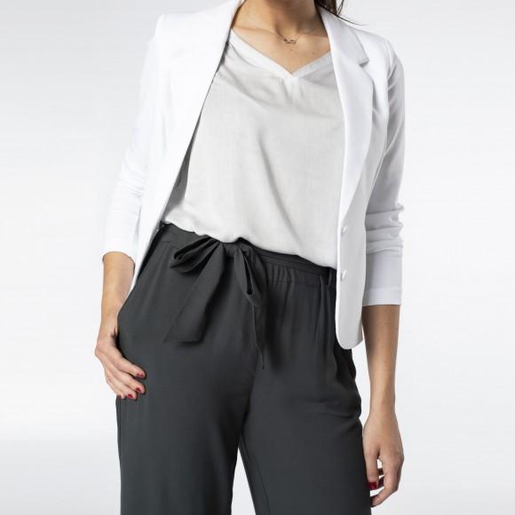 look minimal con blazer blanca y pantalón negro paper-bag