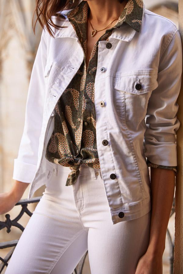 pantalon blanco con chaqueta denim blanca
