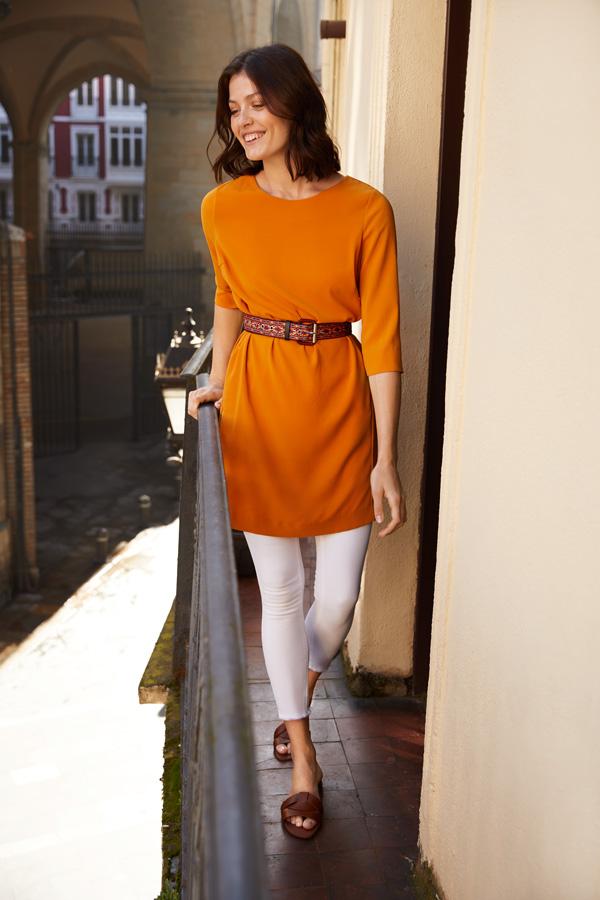 pantalon blanco con blusón naranja
